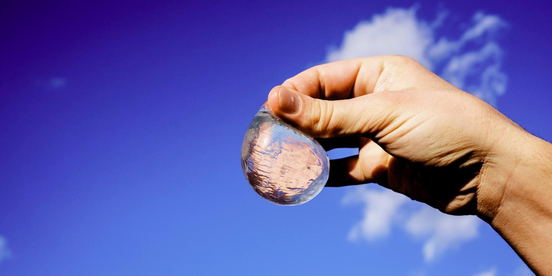 Ooho!, skipping rocks lab, envase sostenible, agua en envase sostenible, acabar con las botellas de plástico, envases eco-friendly, eco-friendly, envase sostenible, envase biodegradable, agua en envase biodegradable, revista sostenible, sustainable magazine, sustainable design, sustainable packaging, love nature, eco packaging, ethical packaging