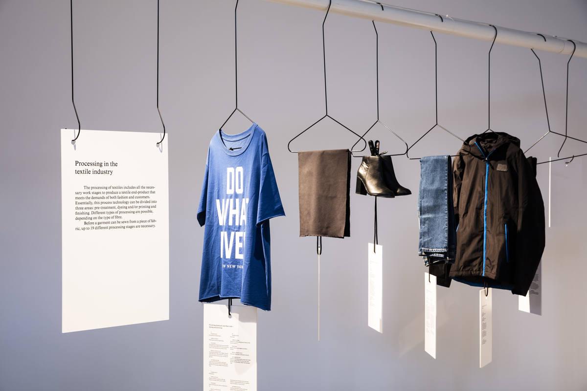 MEK_FastFashion_Ausstellungsansicht