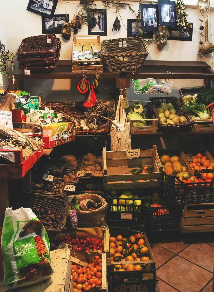 Retrophilia napoli, O'Grin napoli, L' orto va in città napoli, Chicchi e Baccelli napoli, Napoli, Napoli guida sostenibile, guida green napoli, green guide naples, naples sustinable travel, sustainable travel naples, sustainable spots naples, sustainability naples, italy sustainable travel, sustainable lifestyle guide, tips naples, where to eat vegan naples, eat local, Pironti a Port'Alba, Cooperativa 'E Pappeci, 'A Sapunara, Tobio, Cavoli nostri napoli, Sustainable Guide Naples, sustainable culture naples, guía de estilo de vida sostenible, guía sostenible, guía sostenible de Nápoles, Nápoles sostenible